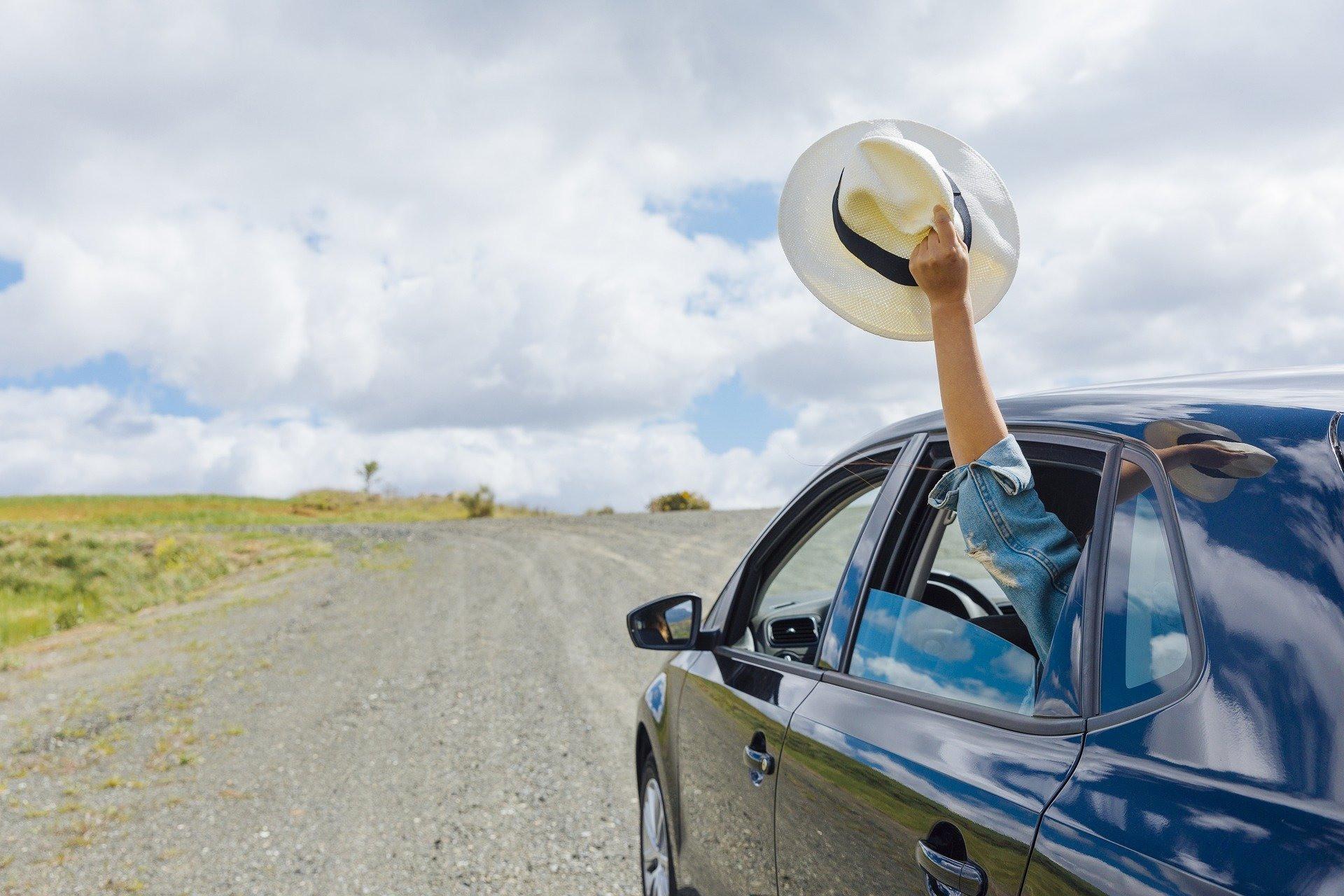 Ubezpieczenie samochodu na wyjazd, samochód, kapelusz