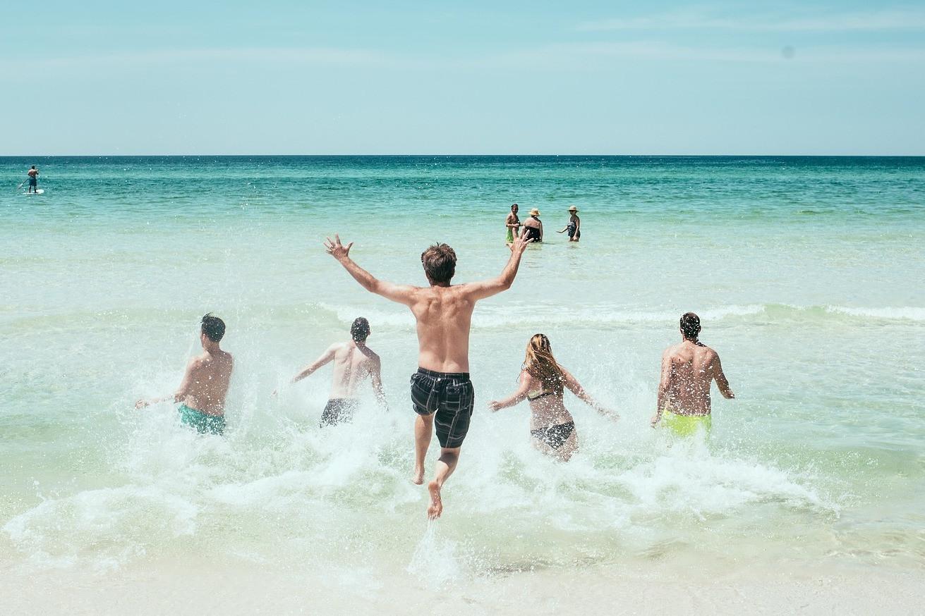 morze, osoby na plaży, ubezpieczenie turystyczne online