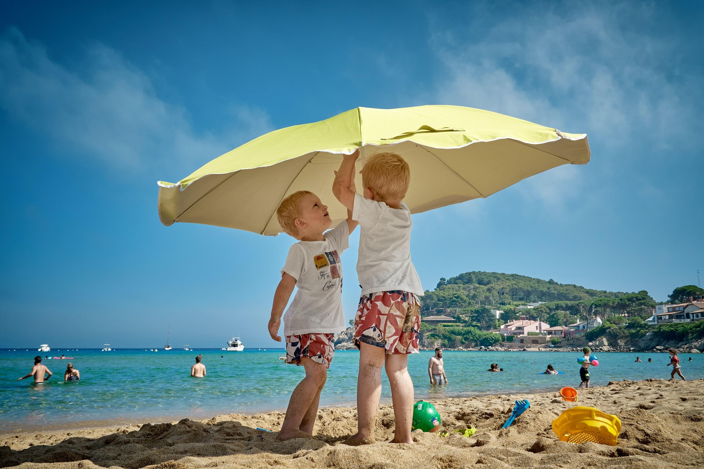 dzieci, parasol, ubezpieczenia szkolne